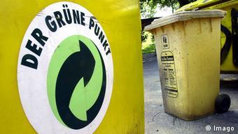 Deutschland Umwelt Der Grüne Punkt Logo auf Abfalltonne