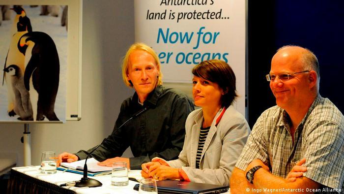 Rodolfo Werner (derecha) junto a representantes de organizaciones ambientalistas por la creación de áreas marinas protegidas en la Antártida se reúnen en Bremerhaven.