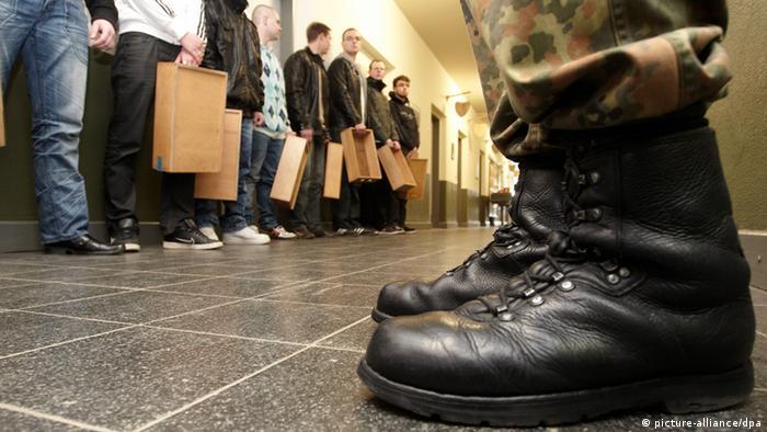 Springerstiefel Bundeswher Soldaten Rekruten (picture-alliance/dpa)