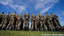 Bundeswehrsoldaten sind am 18.04.2013 in Hagenow (Mecklenburg-Vorpommern) zum Rückkehrappell der Panzergrenadierbrigade 41 Vorpommern in der Ernst-Moritz-Arndt-Kaserne angetreten. Die Einheiten waren bis Januar 2013 bei Auslandseinsätzen in Afghanistan im Einsatz. Foto: Jens Büttner/dpa +++(c) dpa - Bildfunk+++ Thema Rechtsextremismus bei der Bundeswehr