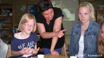 Гостя зі звичайної школи Лара (праворуч) на занятті у школі Pestalozzisch