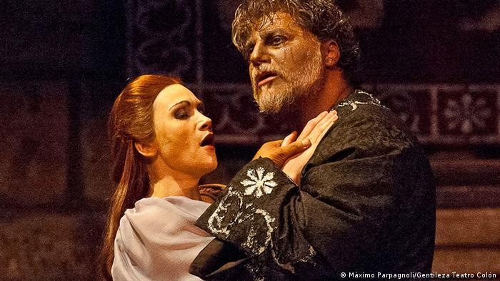 El tenor José Cura y la soprano Carmen Gianattasio en Otelo, de Verdi, en el Teatro Colón de Buenos Aires. (2013).
