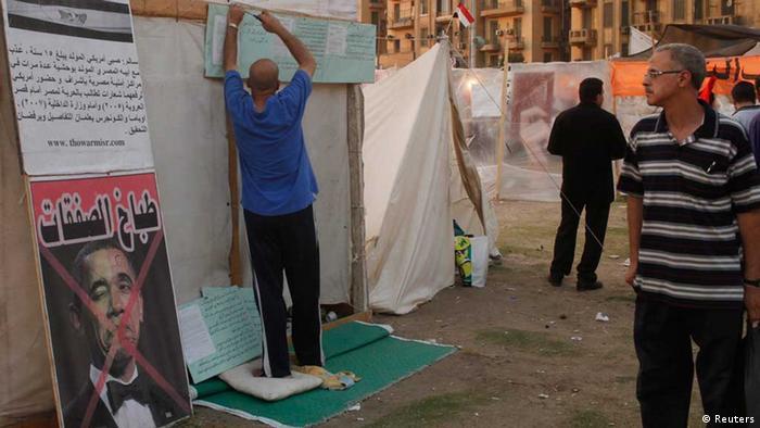 Demonstrant in Ägypten mit durchgestrichenem Obama-Porträt (Foto: Reuters)