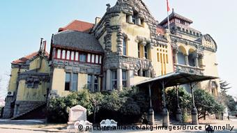 Tsingtau, Gouverneursresidenz / Foto Tsingtau - Qingdao (China, Provinz Shantung, 1898-1914 Hauptstadt des deutschen Pachtgebiets Kiautschou), Gouverneursresidenz (erbaut 1905, heute Hotel). - Ansicht. - Foto, 2004. E: Tsingtao / Governor's Mansion / Photo Tsingtao - Qingdao (China, Shandong Province, 1898-1914 capital of the German-leased territory of Jiaozhou (Kiaochow), German Governor's Mansion (built 1905, today hotel). - View. - Photo, 2004.