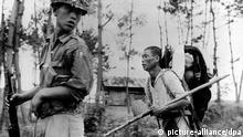 Koreakrieg - Bauer flüchtet in den Süden Ein nordkoreanischer Bauer, der Anfang August 1950 mit seinen wenigen Habseligkeiten unter Lebensgefahr nach Südkorea geflüchtet ist, wird von einem Soldaten hinter die Kampflinie geführt. Der Koreakrieg wurde am 25. Juni 1950 durch den Einmarsch nordkoreanischer Truppen in Südkorea ausgelöst. Mit Hilfe von - überwiegend amerikanischen - UN-Truppen konnten die südkoreanischen Einheiten die Invasoren hinter die Grenze am 38. Breitengrad zurückdrängen. Die am 10. Juli 1951 aufgenommenen Waffenstillstandsverhandlungen führten am 27. Juli 1953 zum Abkommen von Panmunjom. Der 38. Breitengrad wurde als Grenze zwischen Nord- und Südkorea festgelegt, eine entmilitarisierte Zone bestimmt und die Einsetzung einer neutralen Überwachungskommission vereinbart.