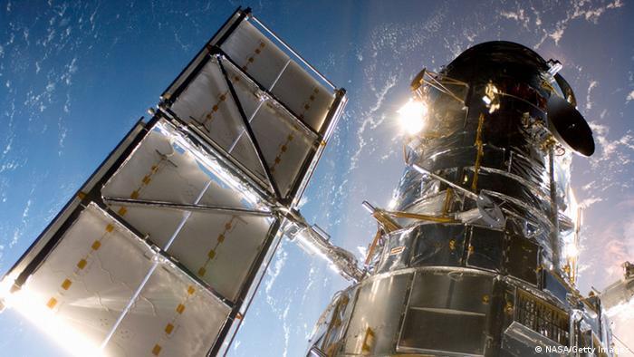 Desde 1990, el rey de todos los telescopios espaciales ha estado orbitando la Tierra a una velocidad de más de 27,000 km por hora y una altitud de mas de 550.000 km. El Hubble mide 11 metros de largo y pesa 11 toneladas, lo que lo hace comparable en peso y tamaño a un autobús escolar.
