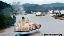 Ein Containerschiff im Panama-Kanal nahe der Pedro Miguel Locks, Panama (Archivfoto vom 03.09.2007). Foto: EPA/ALEJANDRO BOLIVAR dpa (zu dpa «Offshore Leaks»: Daten machen Tricks der Reichen sichtbar vom 04.04.2013) +++(c) dpa - Bildfunk+++