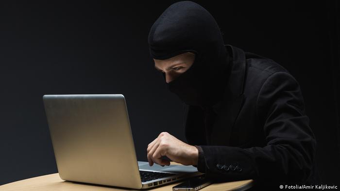 Ein Computernutzer sitzt in der Dunkelheit vor seinem Notebook. (Foto: Fotolia/Amir Kaljikovic)