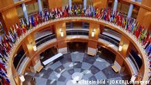 USA - Washington DC: Flaggen aller Mitgliedsstaaten des Internationalen Waehrungsfonds im Buerogebaeude der Weltbank - 08.10.2008 ullstein bild - JOKER/Lohmeyer
