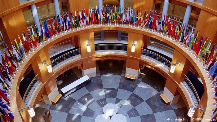 Флаги разных стран в здании Международного валютного фонда
