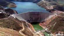 Ein Bild vom 10. November 1997 zeigt den Katse-Staudamm in Lesotho. Einer der kleinsten und höchst gelegenen Staaten Afrikas macht mit einer der größten Baustellen des Kontinents Wasser zu Geld. Das von Südafrika umgebene Königreich Lesotho hat 1990 mit Milliardenkrediten von der EU, der Weltbank und internationalen Großbanken den Bau eines gigantischen Staudammsystems begonnen, dessen zweite Komponente, der Mohale-Damm, am Dienstag (16.03.2004) übergeben wurde. Von dem 2075 Meter hoch gelegenen Damm wird das Wasser über einen 32 Kilometer langen Tunnel ins Herzstück des Projekts, den Katse-Damm geführt. Aus der Gebirgswelt des Königreichs wird das Nass dann in die Industrieregion um Südafrikas Wirtschaftszentrum Johannesburg geleitet. Foto: Walter Dhladhla dpa (zu dpa-Korr: Afrikas größte Baustelle: Lesothos Staudamm macht Wasser zu Geld am 16.03.2004)