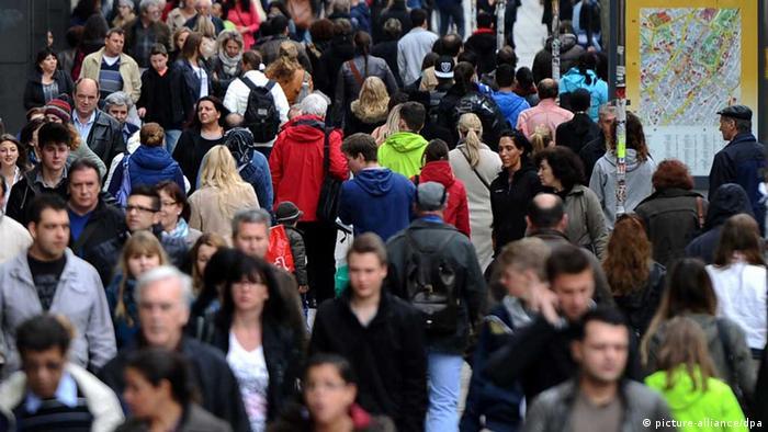 Passanten gehen am 29.05.2013 in Stuttgart (Baden-Württemberg) durch die Königstraße. Am 31.05.2013 gibt das statistische Landesamt erste Ergebnisse zum Zensus 2011 bekannt. Foto Daniel Bockwoldt/dpa +++(c) dpa - Bildfunk+++ / Eingestellt von wa