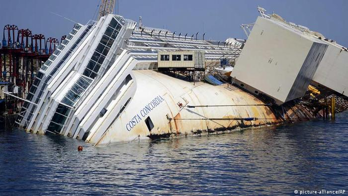 The Costa Concordia cruise ship lies on its side in the Tuscan Island of Isola del Giglio, Monday, July 15, 2013. (Foto: AP/Gregorio Borgia)