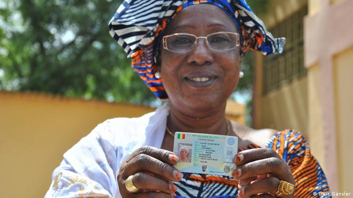 Sangare Nana Coulibaly holds up her voting card Photo: Katrin Gänsler