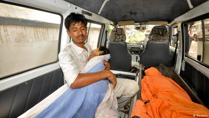 A man holds his sick child who consumed spurious meals at a school on Tuesday is brought to a hospital for treatment in the eastern Indian city of Patna July 17, 2013. (Photo: Reuters)