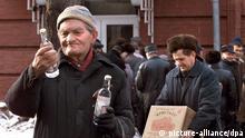 ARCHIV - Mit Wodka-Flaschen verlassen Männer am 17.2.2000 den Spirituosen-Laden einer Schnapsfabrik in Moskau. Wodka wurde damals in Russland um gut ein Drittel teurer. Unter den Trinkern im Wodka-Paradies Russland herrscht abermals Katerstimmung. Ab Januar 2012 greift ihnen die Regierung kräftig in den Geldbeutel - mit einem Preisaufschlag auf harten Alkohol von rund einem Drittel. Eine Halbliterflasche des beliebten Wodka kostet dann staatlich vorgeschrieben mindestens 170 Rubel (etwa 4,20 Euro), bislang sind es 120 Rubel. Foto: EPA/Yuri Kochetkov +++(c) dpa - Bildfunk+++
