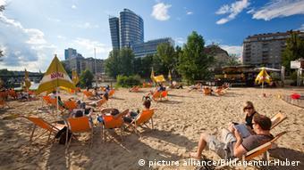 Χωρίς μάσκες ο κόσμος ρουφάει ήλιο και ελευθερία στα κανάλια του Δούναβη