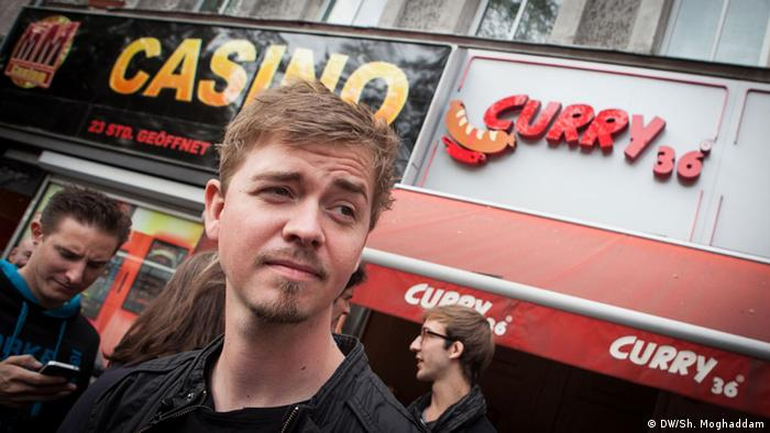 Das Bandtagebuch mit EINSHOCH6, Folge 07 - Rapper Kurt steht vor einem Currywurst-Laden in Berlin.