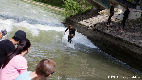 Eine Surferin surft auf dem Fluss Isar. (DW/Sh. Moghaddam)