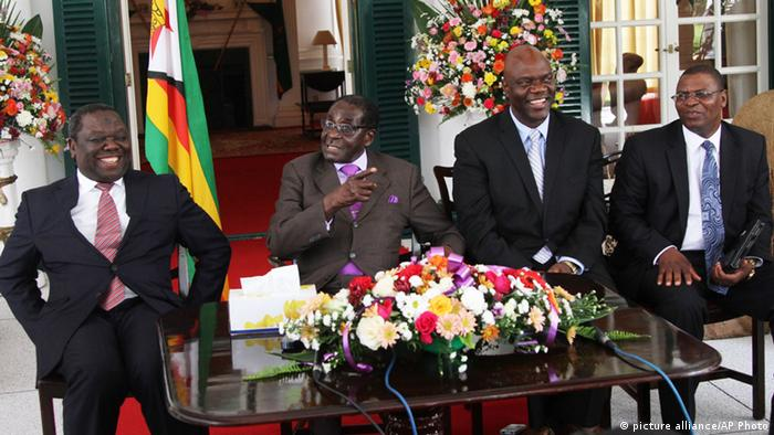 Zimbabwean President Robert Mugabe, 2nd left, addresses a press conference at State House in Harare, Thursday, January, 17, 2013, flanked by Prime Morgan Tsvangirai (links), Robert Mugabe (zweiter von links) und Ncube (ganz rechts) (Foto: AP )