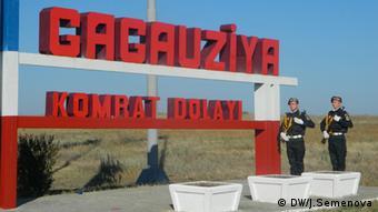 Солдаты рядом с напдписью Гагаузия