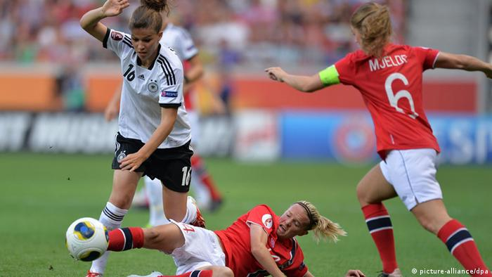 Melanie Leupolz (l) of Germany fights for the ball with Gry Tofte Ims and Maren Mjelde (r) of Norway (Photo: Carmen Jaspersen/dpa)