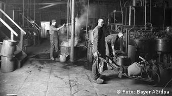 Производство жаропонижающего фенацетин на заводе Bayer в Эльберфельде в 1888 году