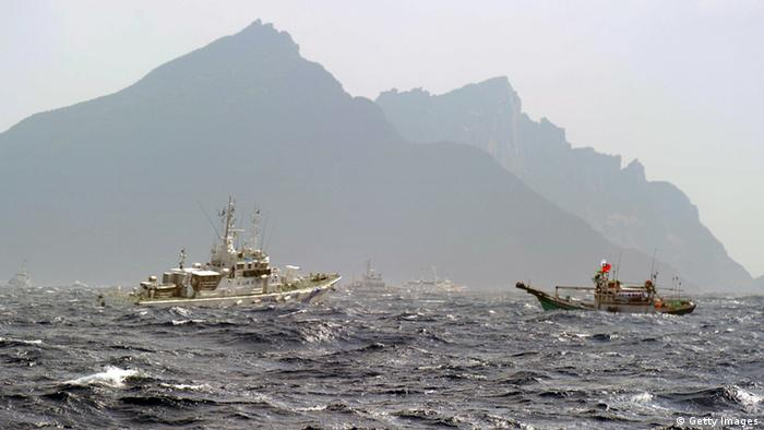 A Taiwan fishing boat (R) is blocked by a Japan Coast Guard (L) vessel near the disputed Diaoyu / Senkaku islands in the East China Sea on September 25, 2012 (Photo: SAM YEH/AFP/GettyImages)