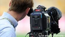 ARCHIV - Einer Kameramann steht am 30.06.2013 im NSC Olympiastadium in Kiew, Ukraine. Der Europäische Gerichtshof urteilt am 18.07.2013 über Exklusivübertragungen von Fußballspielen. Foto: Thomas Eisenhuth/dpa +++(c) dpa - Bildfunk+++ **FREI FÜR SOCIAL MEDIA***