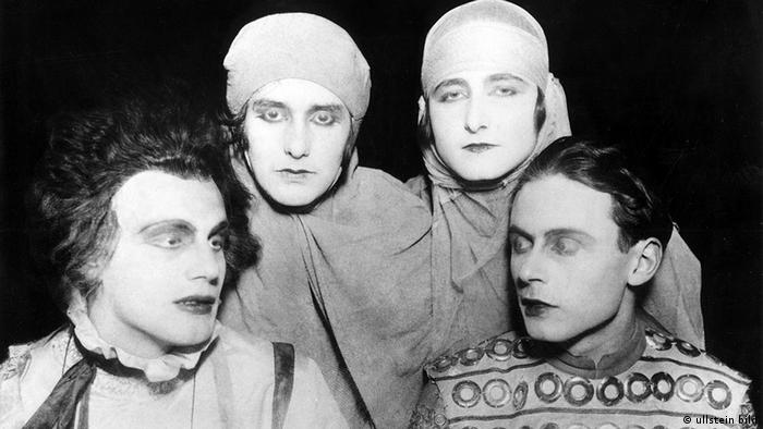 Erika Mann (back left), Pamela Wedekind (back right), Gustaf Gründgens (front left) and Klaus Mann acted in a play together in 1925