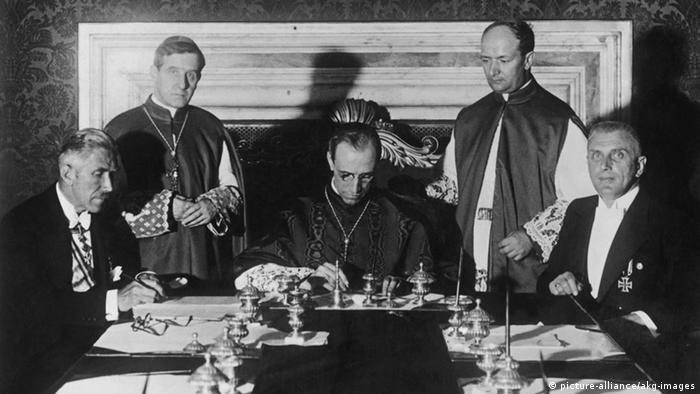 Die Unterzeichnung des Reichskonkordats im Juli 1933 v.r.n.l, sitzend: Buttmann, Kardinal Staatssekr. Pacelli, Vizekanzler von Papen.- Foto.