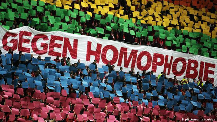 پلاکاردی در استادیوم فوتبال شهر ماینس آلمان علیه هموفوبیا