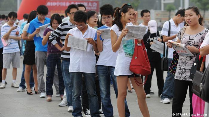 Mladi Kinezi u potrazi za poslom na sajmu