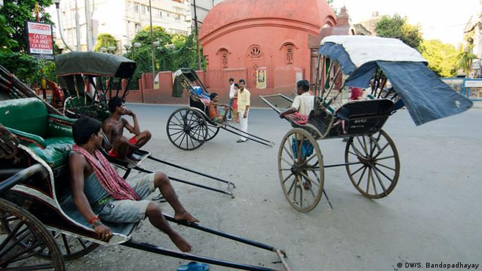 A typical roadside stand for rickshaws (Photo: DW/Sirsho)