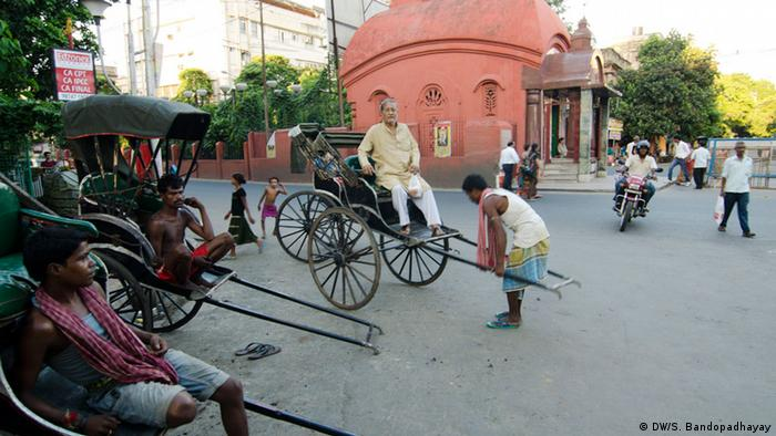 Rickshaws aligned in the streets of Kolkata (Photo: DW/Sirsho)