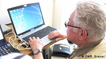Pensioner from Herne, learning encryption of emails at the Cryptoparty in Cologone on 18.07.2013 (Photo: Rayna Breuer)