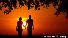 ARCHIV - Ein junges Liebespaar geht Hand in Hand nahe dem brandenburgischen Müncheberg in den Sonnenuntergang, aufgenommen am 21.08.2005. Die Tage werden länger und die viel bedichteten und besungenen Frühlingsgefühle keimen auf. Foto: Patrick Pleul dpa/lbn (zu dpa-Themenpaket Frühlingsanfang am 19.03.2012) +++(c) dpa - Bildfunk+++ +***FREI FÜR SOCIAL MEDIA***