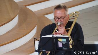 Герхард Хехлер - страстный любитель игры на тромбоне