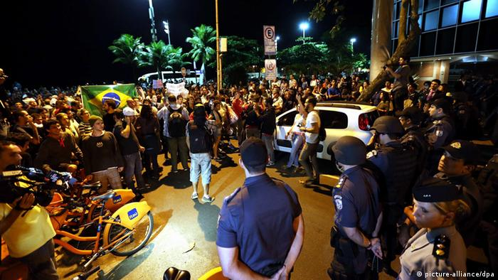 A group of protesters block a street in front of the house of Rio de Janeiro Governor, Sergio Cabral, in Rio de Janeiro, Brasil, 04 July 2013, where thousands of demonstrators have gathered to protest. Three days ago, Police took apart an encampment of indignants, which had occupied the place around ten days. Indignants asked for Cabral dimission, as chief of Regional Government, due to violent repression by the Military Police during the last demonstrations. EPA/Marcelo Sayão pixel