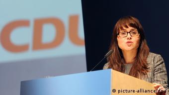 Cemile Giousouf za govornicom ispred logotipa CDU-a