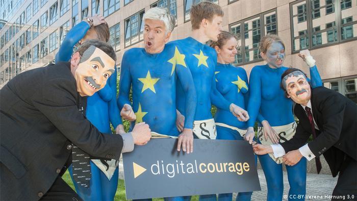 Beim Thema EU-Datenschutz kommt es zum nackten Protest vor dem Innenministerium. Datenschutzer tragen als Körperbemalung die europäische Fahne auf ihrer Haut. (Foto: Digitalcourage / Verena Hornung, Lizenz: cc-by)