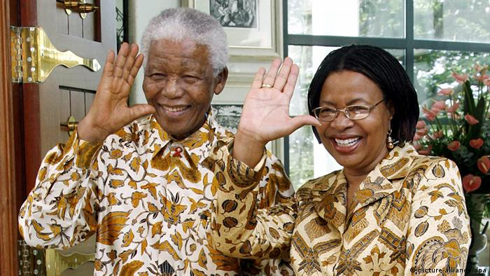Archivbild- Nelson Mandela mit Graca Machel in Mosambik