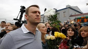 Russian protest leader Alexei Navalny (L, front), surrounded by supporters and journalists, looks on after arriving from Kirov at a railway station in Moscow, July 20, 2013. Russia unexpectedly freed opposition leader Alexei Navalny on bail on Friday, bending to the will of thousands of protesters who denounced his five-year jail sentence as a crude attempt by President Vladimir Putin to silence him. REUTERS/Sergei Karpukhin (RUSSIA - Tags: CRIME LAW POLITICS CIVIL UNREST TRANSPORT)