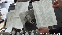 ARCHIV - Der umfangreiche schriftliche Nachlass mit Dokumenten und Fotos des Fabrikanten Oskar Schindler, der in der Nazi-Zeit mehr als 1000 Juden vor dem Tod im KZ rettete, liegt am 16.10.1999 ausgebreitet auf einem Tisch in den Redaktionsräumen der Stuttgarter Zeitung in Stuttgart. Das 14-seitige Dokument, in dem 801 jüdische Häftlinge unter anderem mit Name, Geburtsdatum und Beruf aufgeführt sind, wurde am Freitag mit einem Startpreis von drei Millionen Dollar (rund 2,3 Millionen Euro) von einer Auktionsagentur aus Kalifornien auf der Plattform eingestellt. Als Standort des angebotenen Artikels wird Israel genannt. Foto: Bernd Weissbrod/dpa (zu dpa «Schindlers Liste bei Ebay angeboten» vom 20.07.2013) +++(c) dpa - Bildfunk+++