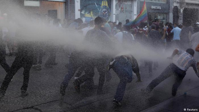 Riot police use water cannon to disperse anti-government protesters at Taksim square in central Istanbul July 20, 2013. REUTERS/Osman Orsal (TURKEY - Tags: CIVIL UNREST POLITICS)