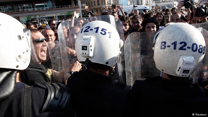 Policiais e manifestantes se confrontam nos protestos do Parque Gezi de Istambul, em julho de 2013