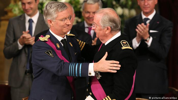 epa03795495 King Albert II of Belgium (R) and Crown Prince Philippe of Belgium (L) embrace during the Abdication ceremony held at the Royal Palace, in Brussels, Belgium, 21 July 2013. King Albert II of Belgium in an official act on 21 July signed his abdication to leave the Belgian throne to his eldest son who becomes King Philippe of Belgium. EPA/JULIEN WARNAND +++(c) dpa - Bildfunk+++