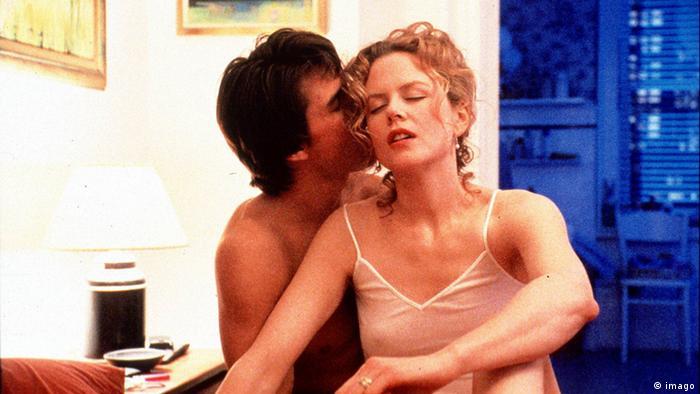 Nicole Kidman und Tom Cruise in einer Szene von Eyes Wide Shut als Liebespaar in erotischer Umarmung (imago)