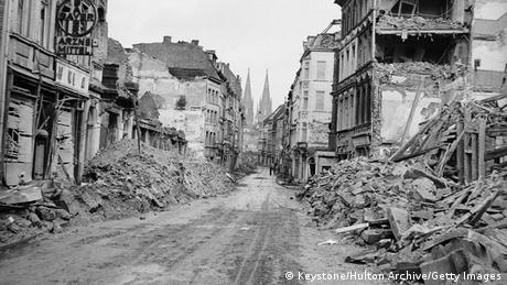 Der Kölner Dom hinter den Ruinen der Stadt im 2. Weltkrieg. Bildergalerie Kölner Dom