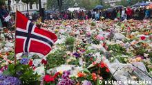 ARCHIV - A file photo dated 24 July 2011 shows Norwegian flags, flowers and candles commemorating the victims of the attacks placed in front of the Domkirke church in central Oslo, Norway. Photo: EPA/ROALD BERIT/NORWAY OUT (zu dpa-Themenpaket «2. Jahrestag des Doppelanschlags von Oslo und Utøya» vom 19.07.2013) +++(c) dpa - Bildfunk+++